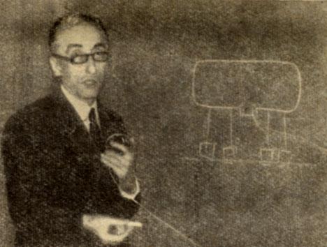 Жак Ив Кусто объясняет план проведения операции 'Преконтинент I'. На изображенном им рисунке - первый в мире подводный дом