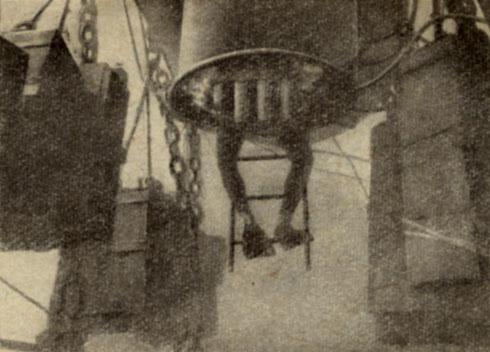 Входной люк 'Диогена' Наполненная воздухом цистерна удерживается на дне тяжелым балластом, подвешенным к ней на цепях
