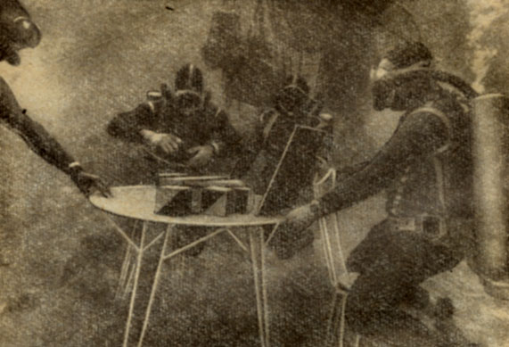 Врачи обследуют первых в мире акванавтов Фалько и Весли В течение всего эксперимента 'Преконтйнент I' акванавты постоянно находились под тщательным медицинским контролем. В программу физиологических исследований входило, в частности, выполнение специально разработанных психологических тестов