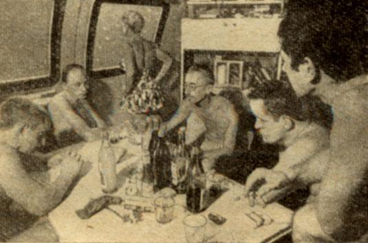 Жак Ив Кусто и его супруга Симона в гостях у акванавтов В центральном пятиугольном помещении дома-звезды размещался пост управления ходом эксперимента; оно же служило акванавтам кают-компанией. В одной из его стен были прорезаны два больших иллюминатора