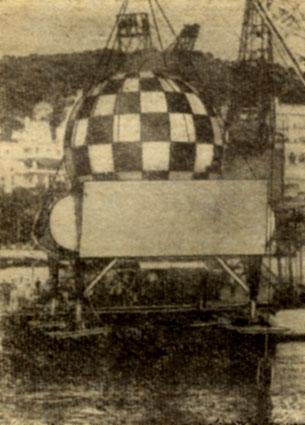 Гигантский шар в шахматную клетку - третий подводный дом Кусто Прямоугольный лафет, на котором покоится сфера, служит для размещения балластных систем и многочисленных запасов этого почти автономного сооружения. Четыре телескопические ноги позволяют компенсировать неровности грунта