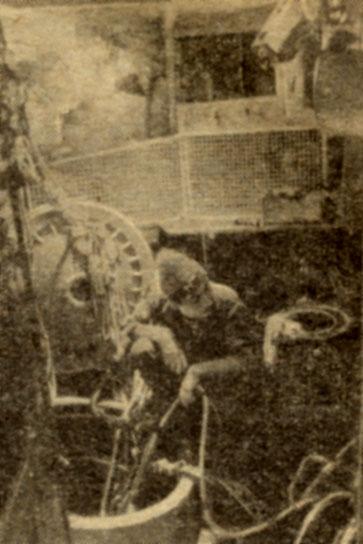 Акванавт 'Преконтинента III' следит за шлангами дыхательных аппаратов двух своих товарищей, работающих в воде