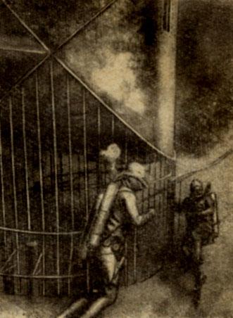 'Серебряные акванавты' у входа в дом-звезду Клетка, ограждающая входной люк, предназначена для защиты от внезапного нападения акул в тот момент, когда акванавт находится на трапе